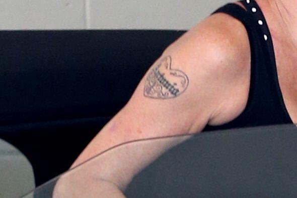 Las cámaras hicieron un acercamiento de su tatuaje, y nos pudimos percat...