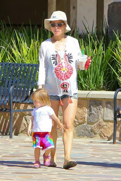 Salió a pasear con su encantadora nena India Rose.  Mira aquí los videos...