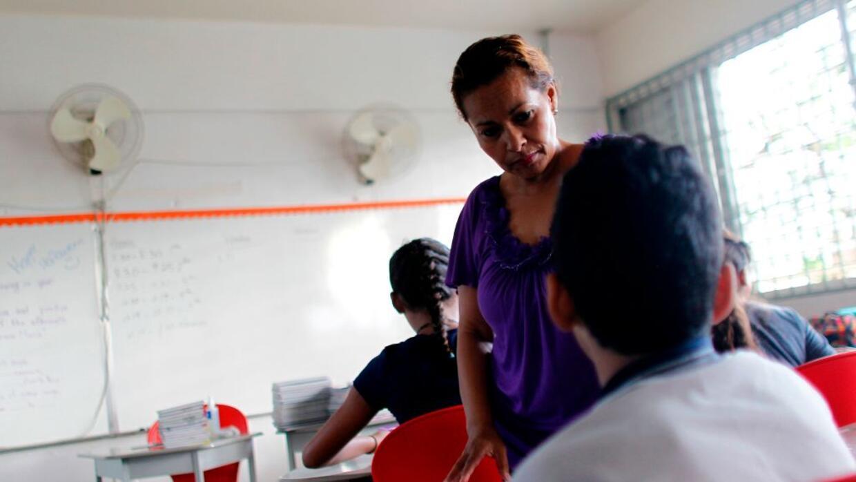 Joan Rodríguez, profesora de inglés, haciendo clases a un estudiante de...
