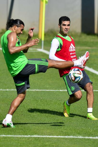 Peña entrando con fuerza a ganarle la pelota a Márquez
