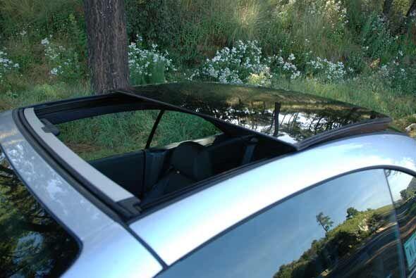 El sunroof es bastante grande y es lo que hace tan diferente a este auto.