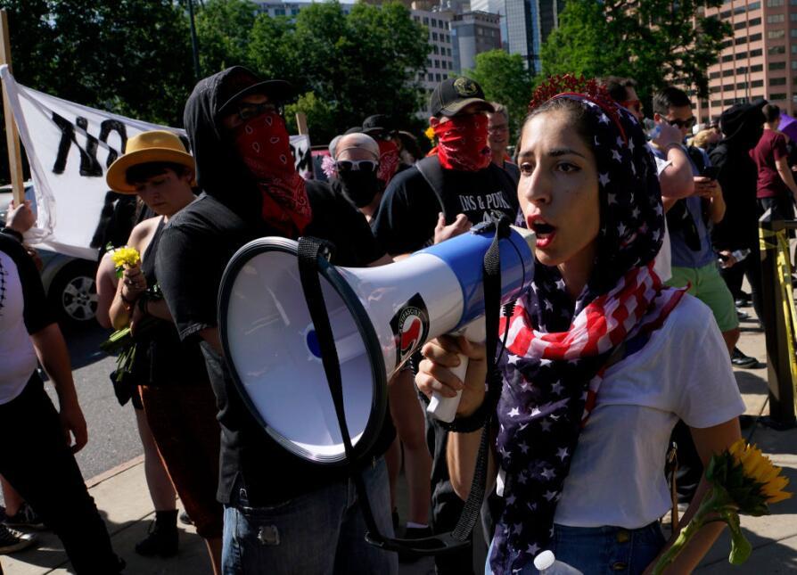 Donnia Hanaei, una joven musulmana, fue a la marcha contra la Sharia en...