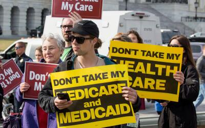 Manifestantes frente al Congreso en defensa de Obamacare.