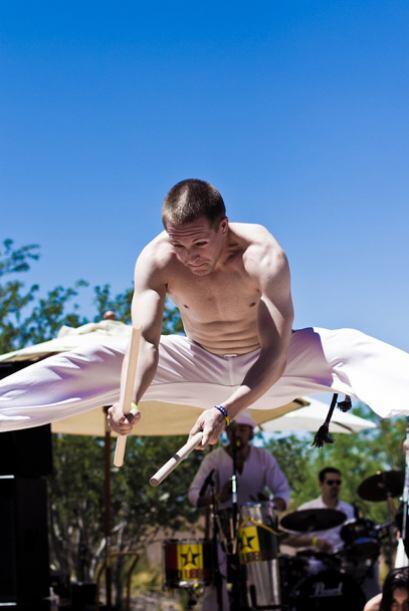 Luego los capoeiristas del grupo Capoeira Brasil subieron al escenario c...