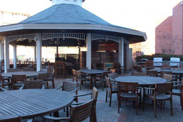 Hay una terraza muy grande en la Casa Target, con la glorieta que se ve...