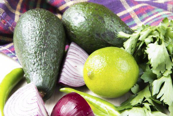 Guacamole: Necesitas 4 aguacates maduros, ½ taza de cilantro fresco pica...
