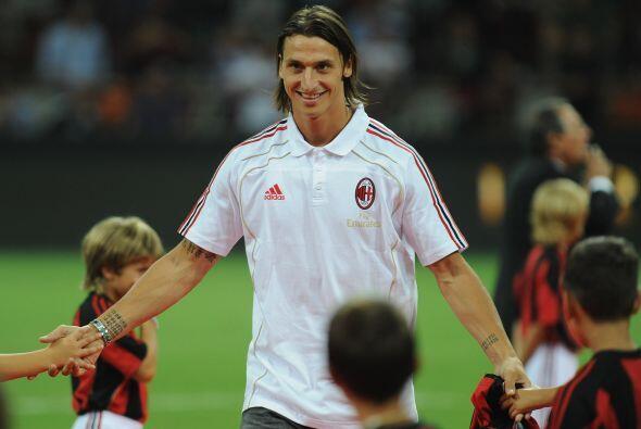 Previo al encuentro, la afción 'rossonera' recibió a su nueva figura, el...