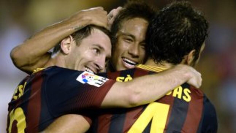 Messi festeja con Neymar y Cesc uno de sus tres tantos marcados en el tr...