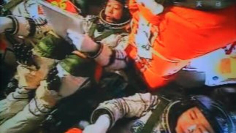 El presidente chino, Hu Jintao pudo comunicarse con los tres astronautas...