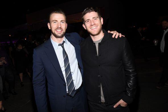 Los actores Chris Evans (I) y Bryan Greenberg también dieron su vuelta p...