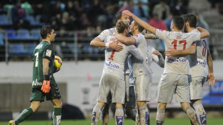 Mandzukic es felicitado luego de hacerle su segundo gol al Eibar.