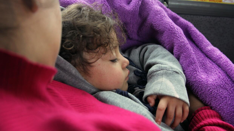 Paola y su hija duermen de camino a Florida. Las familias indocumentadas...