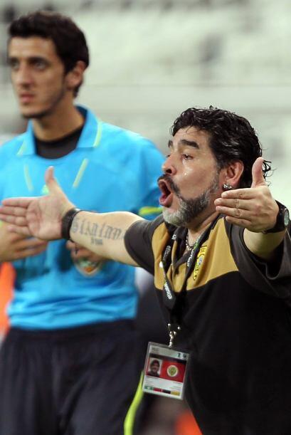 Diego tuvo su primer partido oficial al frente del Al-Wasl. El astro arg...