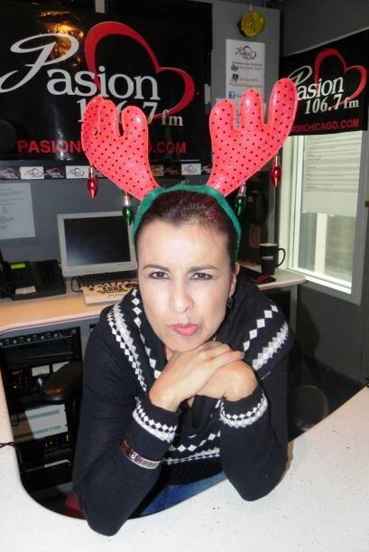 ¡La DJ Vicky Aguilera de Pasión 106.7 FM se puso a pensar en el Grinch d...