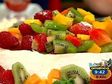 Pavlova de frutas exóticas: Del merengue: Bate las claras con el azúcar...