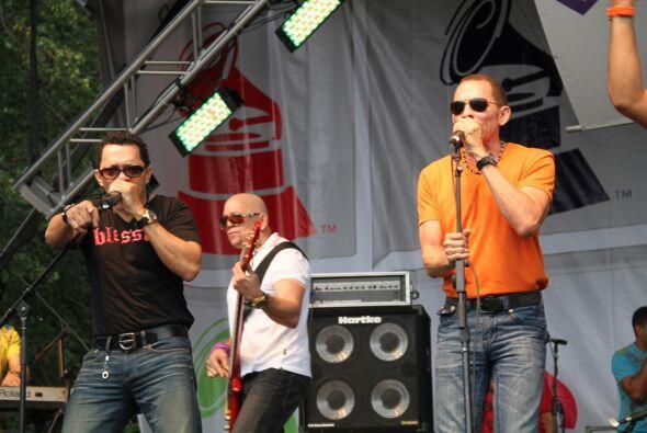 Los Rosario en El Latin Grammy® Street Party 56cfbe937c2d4fcbbbebefc6721...