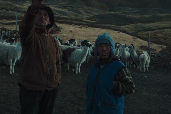 El padre de Danilo le muestra hasta dónde se extendían las tierras donde...