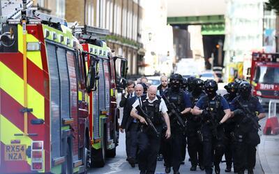 Miembros del equipo antiterrorista patrullan la zona donde se perpetr&oa...