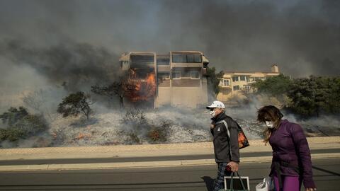 Residentes del sur de California abandonan una zona afectada por los inc...