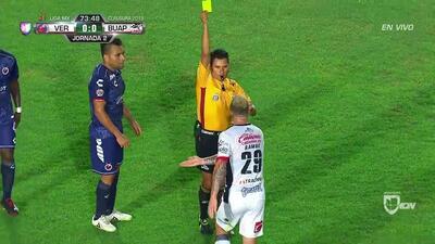 Tarjeta amarilla. El árbitro amonesta a Leonardo Ramos de Lobos BUAP