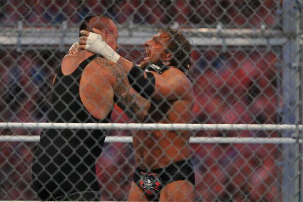 Undertaker y Triple H se enfrascaron en una lucha sin tregua que parec&i...
