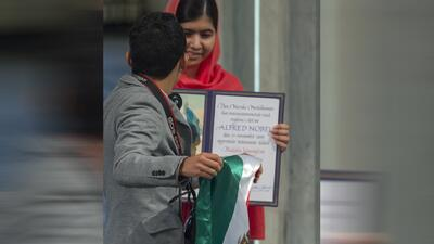 Joven interrumpe la entrega de los Premios Nobel