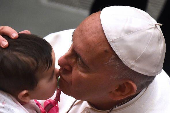 Francisco bendice a un bebé en el marco de una audiencia especial en el...