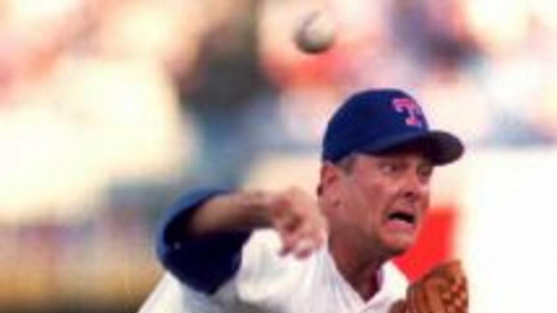 En esta foto del 19 de julio de 1993, Nolan Ryan, de 46 años de edad, es...