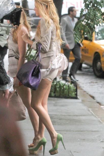 El viento también hizo de las suyas con el vestido de Blake Lively. ¡Zaz...