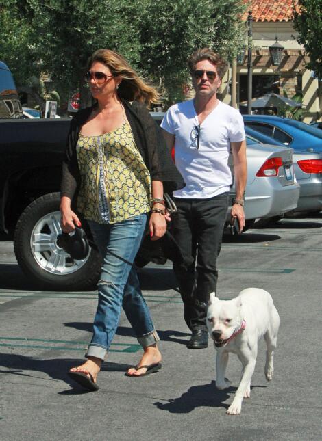Daisy Fuentes sale a pasear con su perrito