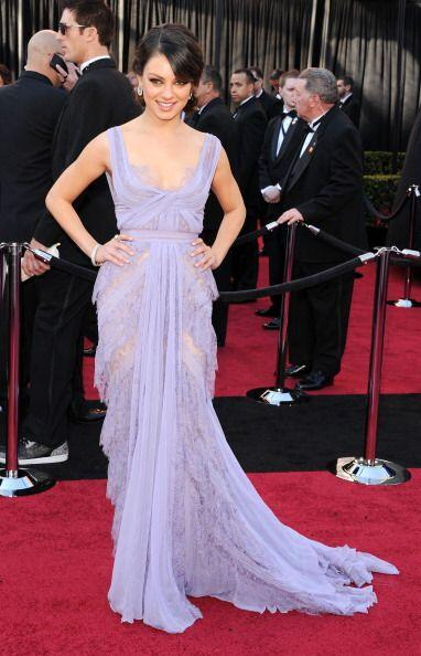 Mila Kunis se arriesgó y le puso color a la alfombra también con un Elie...
