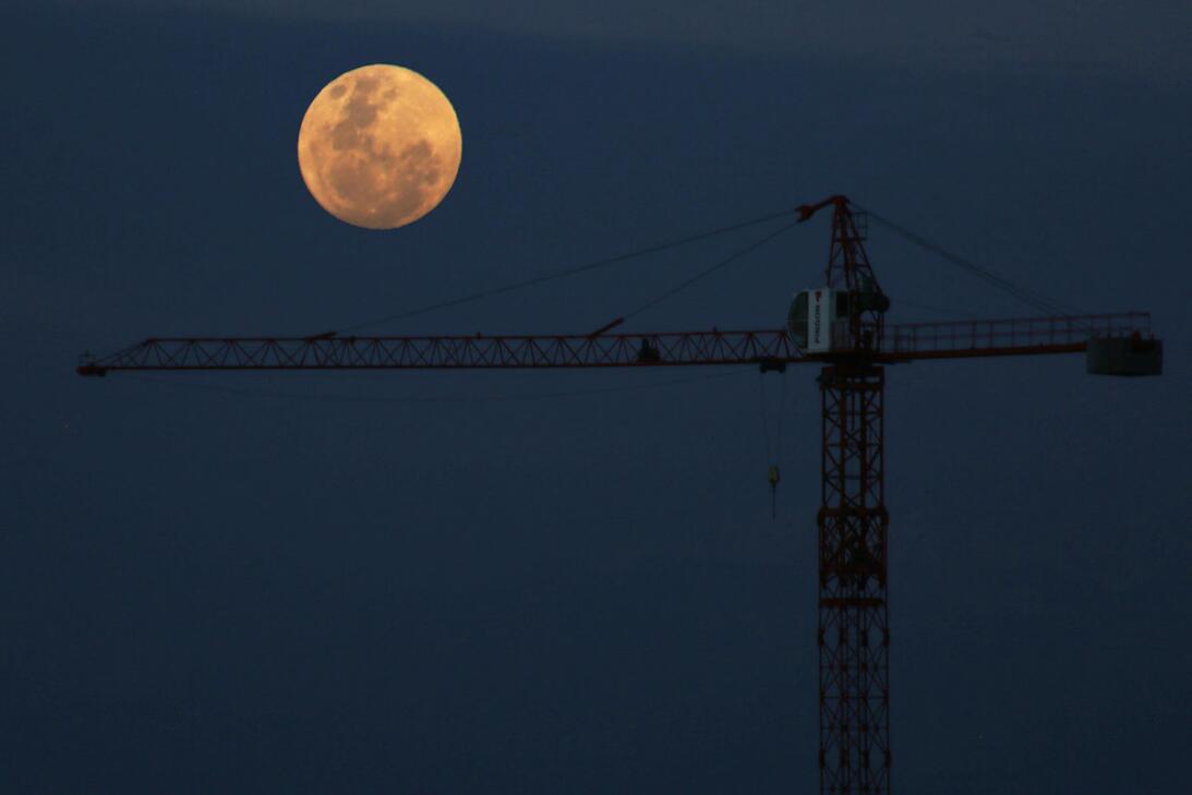 Una toma de la superluna en Santiago de Chile, este domingo 13 de noviembre