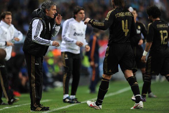 Mourinho daba indicaciones a sus jugadores, buscando algo que marcara di...