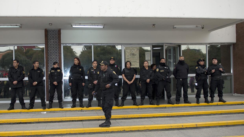 Oficiales custodian la entrada de un Centro de readaptación en la...