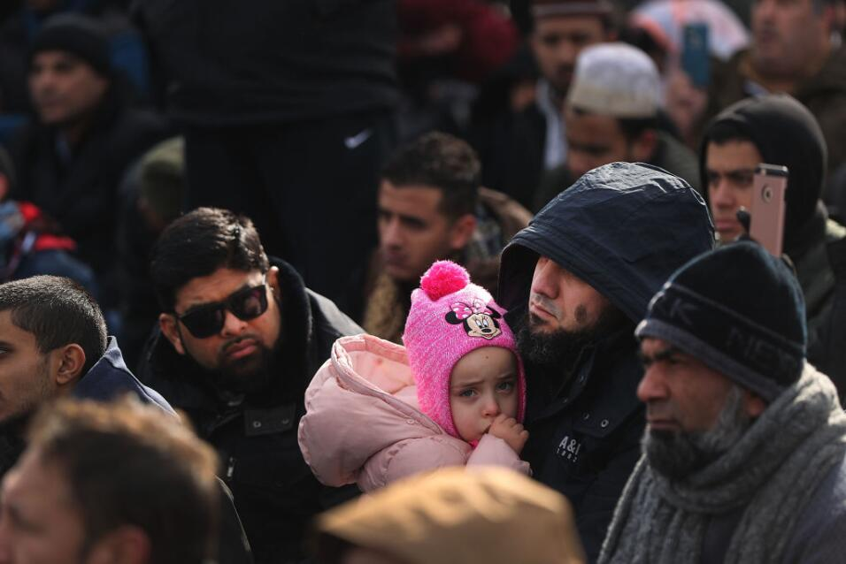 Un hombre sostiene a su hija mientras ora en la manifestación de este vi...