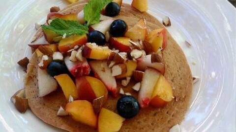 Alicia de la Cruz agregó duraznos y almendras a sus pancake de av...