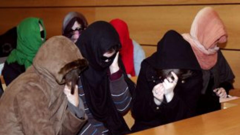 Algunas de las víctimas se cubren el rostro durante el inicio del juicio...