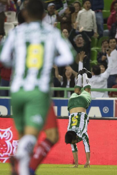 León ruge con fuerza y es líder al derrotar a Toluca gol-fernando-navarr...