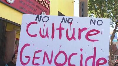 Decenas de padres de familia y estudiantes protestan por el posible cierre de una escuela indígena