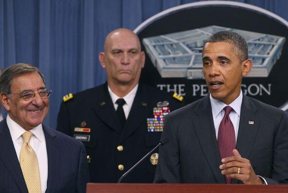 El secretario de Defensa, Leon Panetta, y varios oficiales superiores ac...