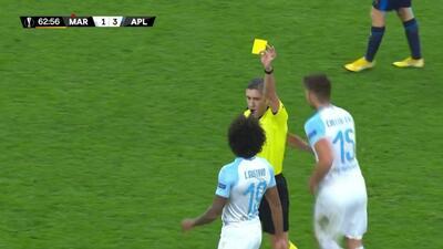 Tarjeta amarilla. El árbitro amonesta a Luiz Gustavo de Marseille