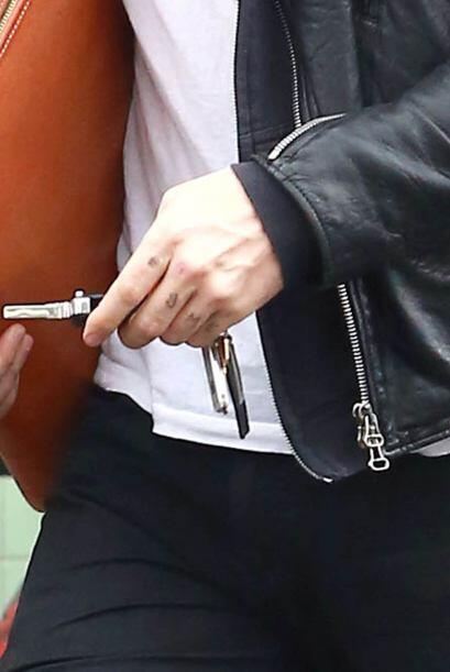 Mira los detalles en su mano izquierda.