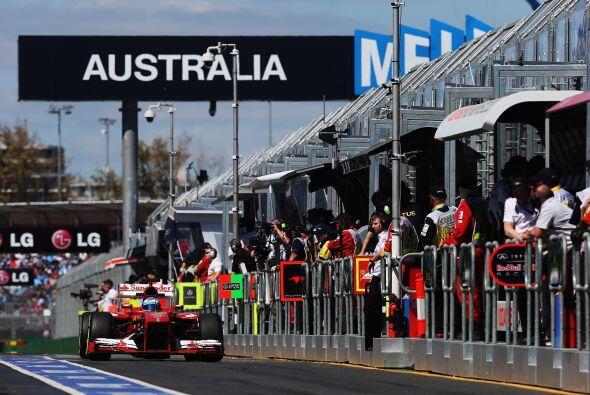 Alonso en el pit lane.