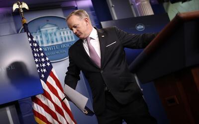Sean Spicer sale de una conferencia de prensa en la Casa Blanca en el me...