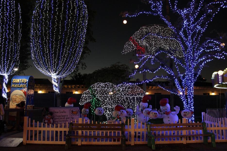 Grandes y chicos disfrutan durante la época navideña de la decoración y...