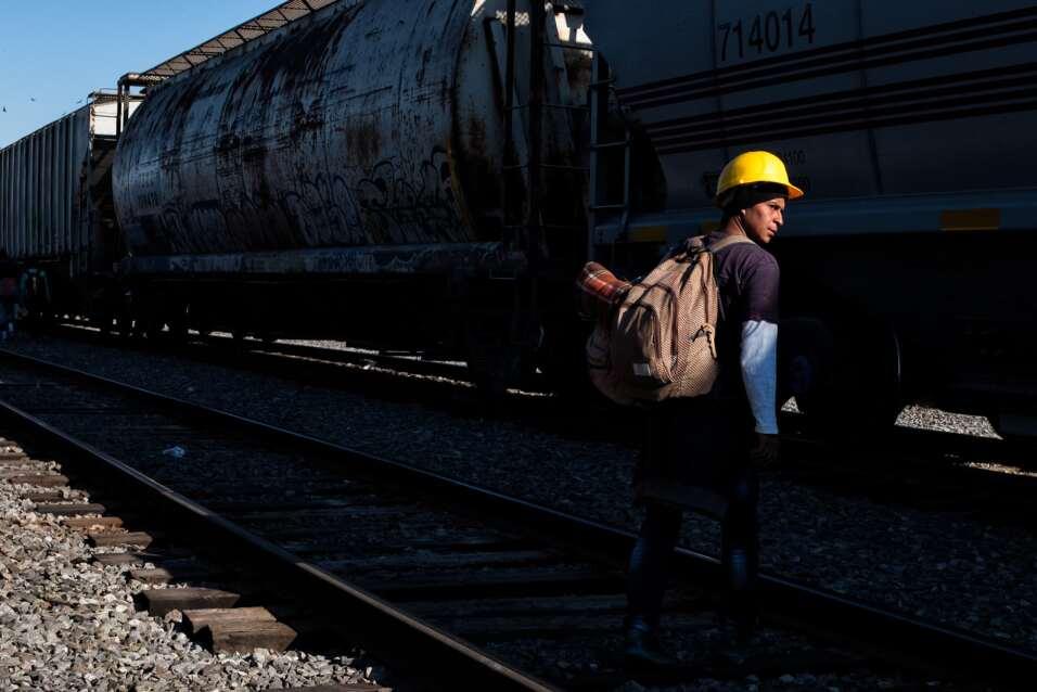 Migrantes centroamericanos llevan protección en su travesí...