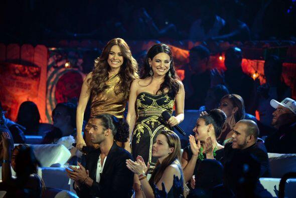 Galilea Montijo y Ana Brenda se colaron entre el público para anunciar e...