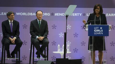 La primera Dama Michelle Obama habla en el Banco Mundial en Washington.
