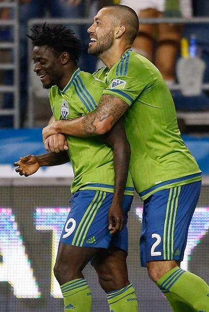 El delantero nigeriano Obafemi Martins y el estadounidense Clint Dempsey...