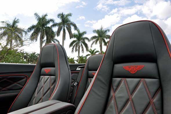 Los asientos son de piel de beluga y el emblema de la marca está bordado...